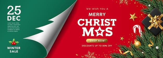 메리 크리스마스 판매, 종이 롤 트리 모양, 산타 직원과 선물 상자, 소나무 잎 녹색과 빨간색 배경에 배너 컨셉 디자인 프리미엄 벡터