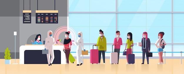Эпидемия медицинский работник mers-cov в костюме «хазмат» проверяет температуру пассажиров в терминале аэропорта. коронавирусная инфекция ухань концепция риска пандемии для здоровья 2019-нков горизонтальная полная Premium векторы