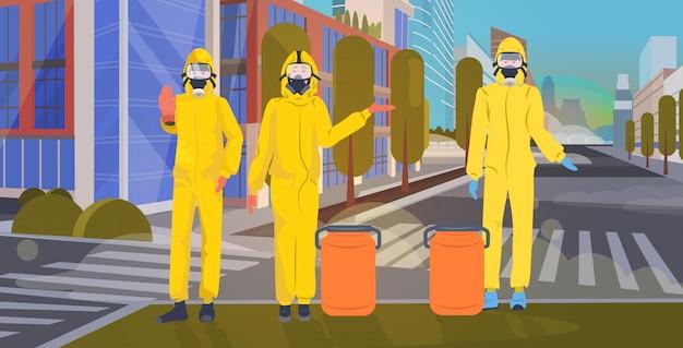 Люди в желтых костюмах и защитных масках для предотвращения эпидемии. mers-cov чистка дезинфекция улица города wuhan коронавирус 2019-ncov городской пейзаж фон горизонтальный полная длина Premium векторы