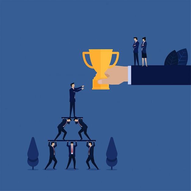 ビジネスマネージャーはトロフィーを獲得し、従業員は悪いリーダーシップ管理の比metaを何も得ません。 Premiumベクター