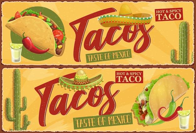 メキシコのタコスのレトロなバナー。メキシコの屋台の食事、肉のスパイシーなタコス、レタスと唐辛子、トマトとチーズ。チャロソンブレロ、砂漠のサボテン、レモンとテキーラのグラス Premiumベクター