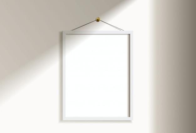 Минимальное пустое вертикальное изображение белой рамки вися на белой стене с светом и тенью окна. изолировать иллюстрации. Premium векторы
