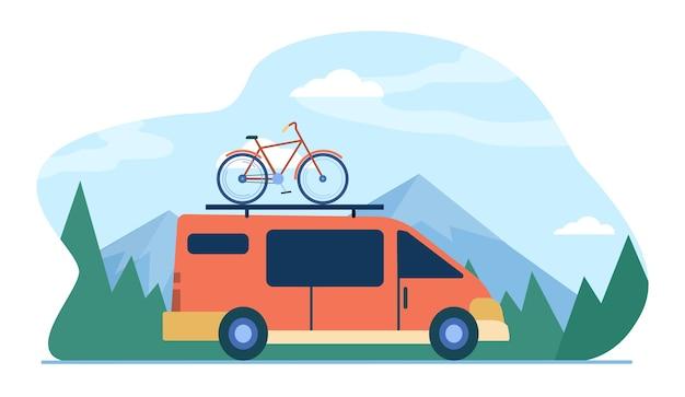 山を移動する上に自転車を乗せたミニバン。車両、輸送、自転車旅行フラットイラスト。 無料ベクター