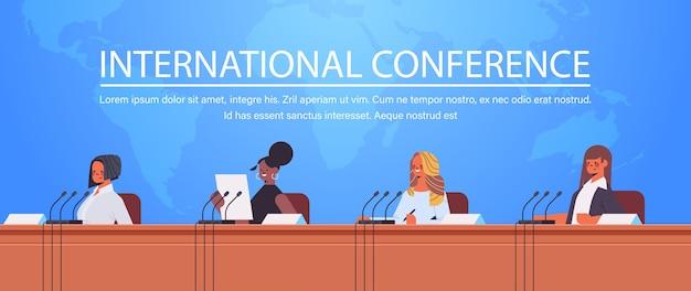Бизнесмены смешанной расы выступают с речью на трибуне с микрофоном на фоне карты мира корпоративной международной конференции Premium векторы