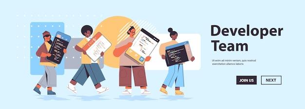 Микс гонок веб-разработчики создают программный код разработка программного обеспечения и концепция программирования копировать пространство Premium векторы