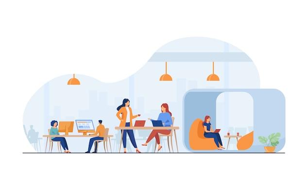 열린 사무실 공간에서 일하는 현대 비즈니스 팀 무료 벡터