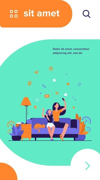 엄마와 딸 레저 개념. 십대 소녀와 그녀의 어머니는 집에서 소파에 앉아 화상 통화를 위해 스마트 폰을 사용하거나 셀카를 복용 무료 벡터