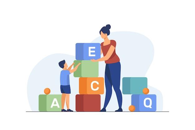 手紙を勉強しているお母さんと幼い息子。おもちゃを遊んでいる女性と子供はフラットベクトルイラストをブロックします。就学前教育、学習コンセプト 無料ベクター