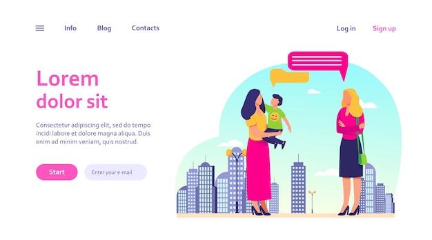 屋外で女友達と会う息子とママ。しゃべり、吹き出し、街歩き。母性、ウェブサイトのデザインやランディングウェブページのコミュニケーションコンセプト 無料ベクター