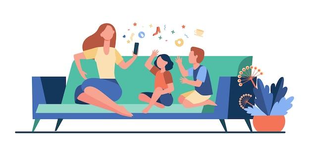 Madre seduta sul divano con i bambini e utilizza lo smartphone. divano, in linea, illustrazione vettoriale piatto per il tempo libero. famiglia e concetto di tecnologia digitale Vettore gratuito