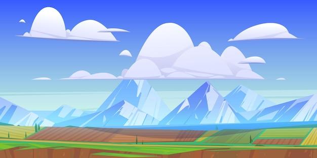 緑の牧草地と野原のある山の風景。雲、農地、道路、湖のある田園地帯の雪のピークのベクトル漫画イラスト。山の谷の田園風景 無料ベクター