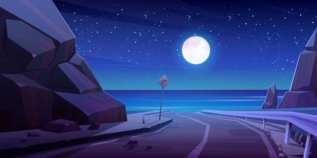 Strada di montagna con vista sul mare di notte, autostrada vuota Vettore gratuito