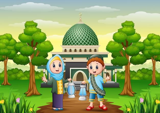 ランタンを保持しているイスラム教徒の少年と少女の漫画 Premiumベクター