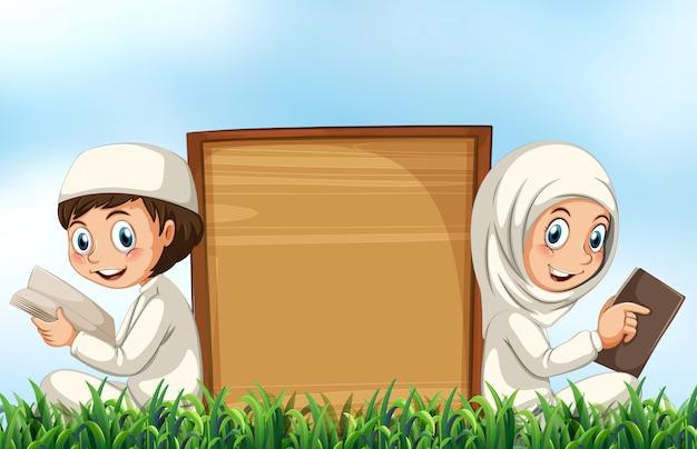 Coppie musulmane che leggono bibbia sull'erba Vettore gratuito