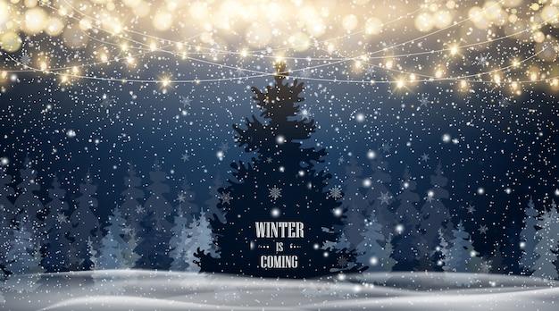 青い空、大雪、さまざまな形や形の雪片、雪の吹きだまりと自然な冬のクリスマスツリーの背景。美しい雪に輝くクリスマスが降る冬の風景。 Premiumベクター