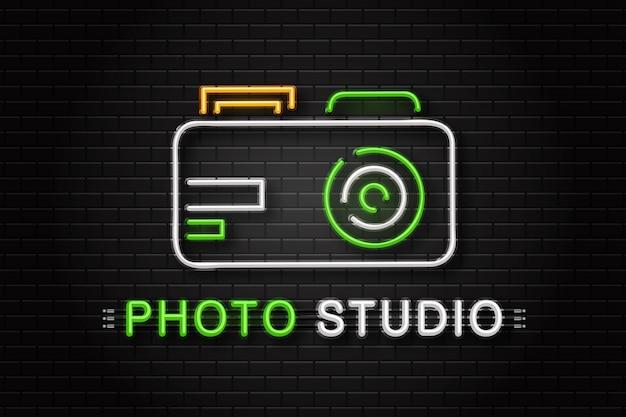 壁の背景に装飾用カメラのネオンサイン。写真スタジオの現実的なネオンのロゴ。写真家の職業と創造的なプロセスの概念。 Premiumベクター