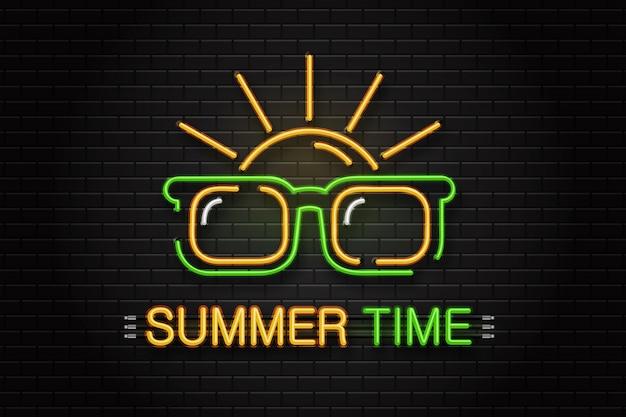 Неоновая вывеска очков и солнца для украшения на фоне стены. реалистичный неоновый логотип для летнего времени. концепция счастливого отдыха и досуга. Premium векторы