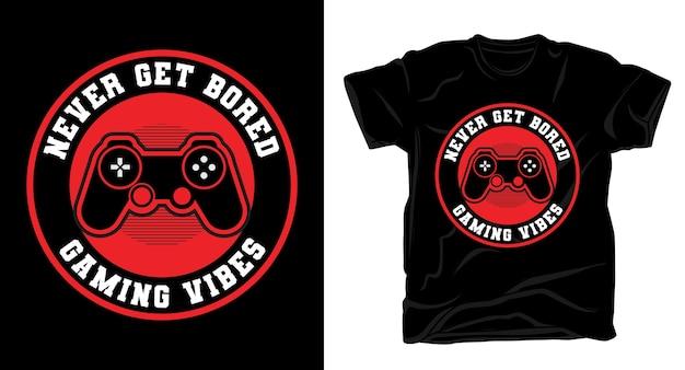 Никогда не соскучитесь типографика с футболкой с игровым контроллером Premium векторы