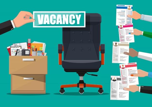 Офисный стул и знак вакансии в руке босса. Premium векторы