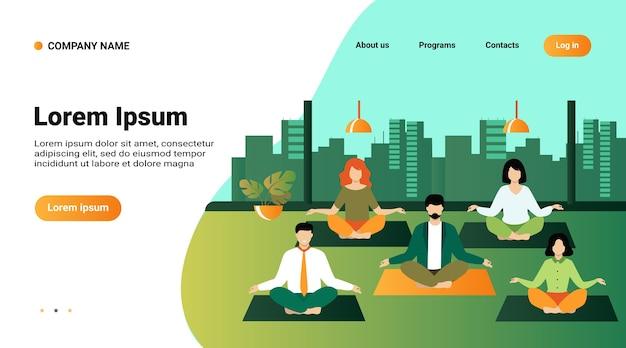 Офисные люди, практикующие йогу и медитацию. менеджеры, тренирующиеся и медитирующие в позе лотоса во время перерыва в работе Бесплатные векторы