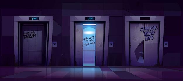 밤에 열리고 닫힌 엘리베이터 문을 가진 오래 된 더러운 복도. 무료 벡터
