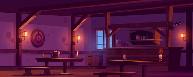 古い居酒屋、木製のバーカウンターのあるヴィンテージのパブ、ボトルのある棚、グローランタン、テーブルの上のビールジョッキ。夜にバレルとダーツのターゲットとレトロなサルーンの漫画の空のインテリア 無料ベクター