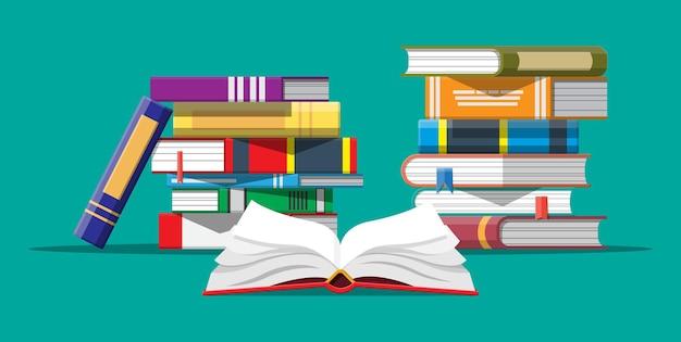 Открытая книга с перевернутыми страницами и стопкой книг. чтение, образование, электронная книга, литература, энциклопедия. Premium векторы