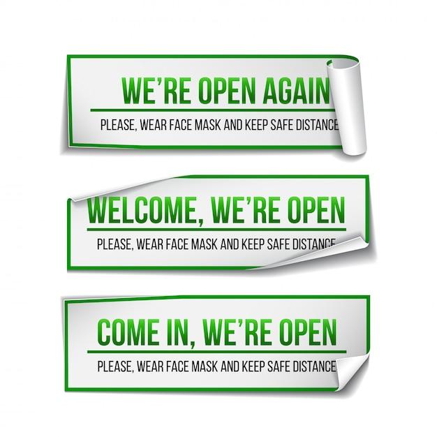 Открытый знак на зеленой этикетке - добро пожаловать обратно набор информационного знака для входной двери о работе снова. держите социальную дистанцию и носите маску. иллюстрация на белом. Premium векторы