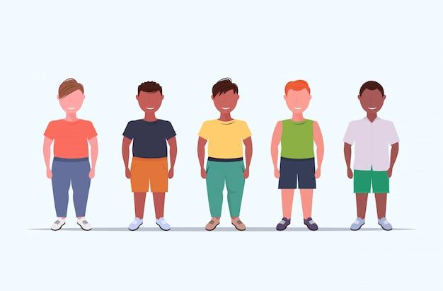 Ключевые слова на русском: избыточный вес улыбающиеся мальчики над размер дети группа стоя вместе нездоровый образ жизни концепция смесь мужчина дети полная длина плоский белый фон горизонтальный Premium векторы