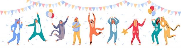 Пижамная вечеринка. счастливые люди в костюмах животных, празднуют праздник. Premium векторы