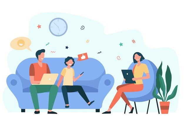 Coppia di genitori e bambino che utilizzano gadget. famiglia dipendente dai social media con laptop, tablet e telefono seduti insieme. illustrazione vettoriale piatto per dipendenza da internet, comunicazione Vettore gratuito