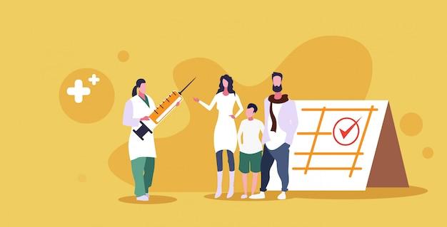 Родители с ребенком в гостях у врача педиатра, давая вакцину инъекцию выстрел здравоохранения медицинская консультация время вакцинировать эскиз концепции во всю длину Premium векторы