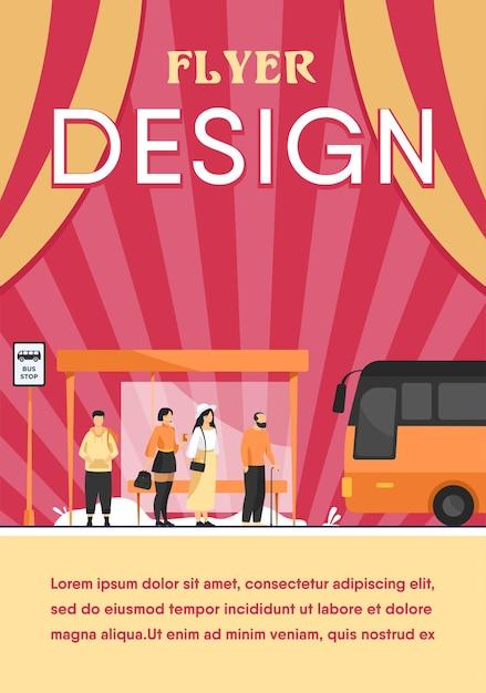 버스에서 대중 교통을 기다리는 승객은 평면 그림을 중지합니다. 자동을 사용하는 만화 캐릭터. 플라이어 템플릿 무료 벡터