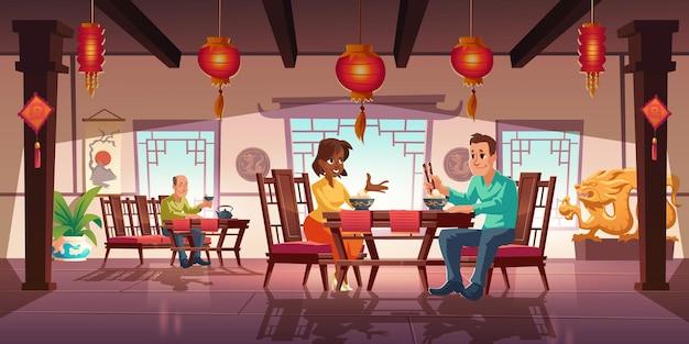 Люди обедают в азиатском ресторане, мужчины и женщины едят лапшу и пьют чай Бесплатные векторы