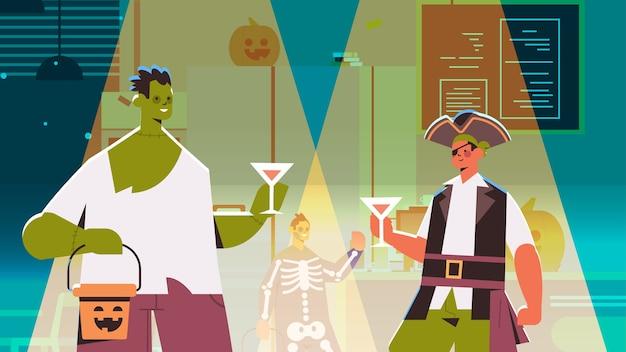 Люди в разных костюмах празднуют счастливый праздник хэллоуина смешанная гонка мужчины женщины пьют коктейли в баре вечеринка портрет горизонтальная векторная иллюстрация Premium векторы