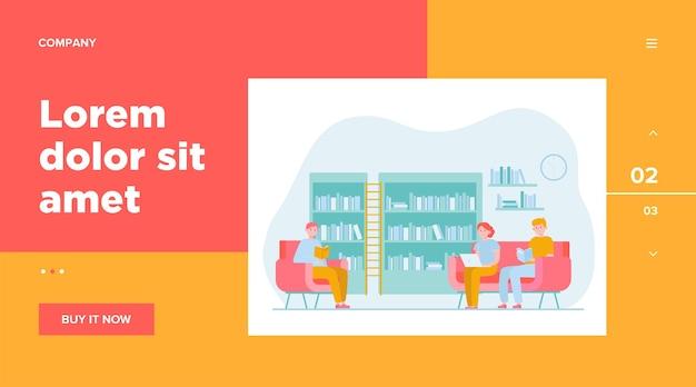 Persone in biblioteca. cartoon uomo e donna leggendo libri e seduto sulla poltrona o sul divano. studio, conoscenza e concetto di apprendimento Vettore gratuito
