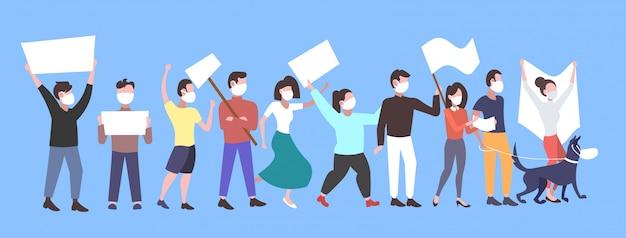 空のサインバナーデモストライクコンセプト全長水平と空気自然汚染男性女性活動家グループに抗議して空白のプラカードを保持しているフェイスマスクの人々の抗議者 Premiumベクター