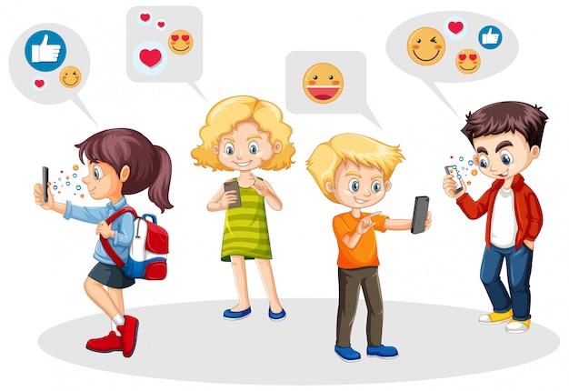 소셜 미디어 아이콘 테마로 스마트 폰을 사용하는 사람들은 흰색 배경에 고립 무료 벡터