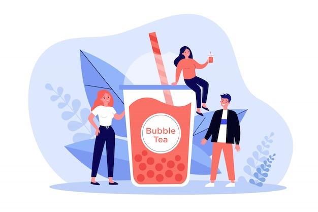 Люди с пластиковой чашкой чая пузыря молока Premium векторы
