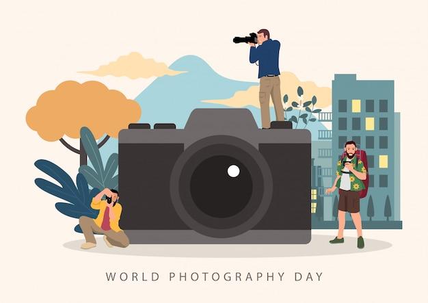 世界写真デーのお祝いのための大きなカメラを持つカメラマン Premiumベクター