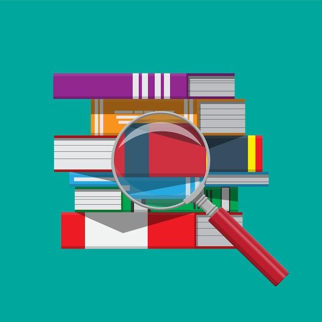 本と虫眼鏡の山。読書教育、電子書籍、文学、百科事典。 Premiumベクター