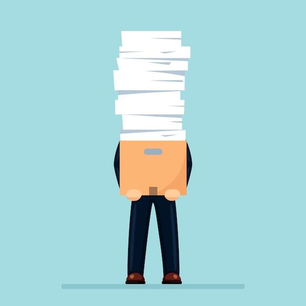 紙の山、カートン、段ボール箱に書類のスタックを持つ忙しいビジネスマン。 Premiumベクター