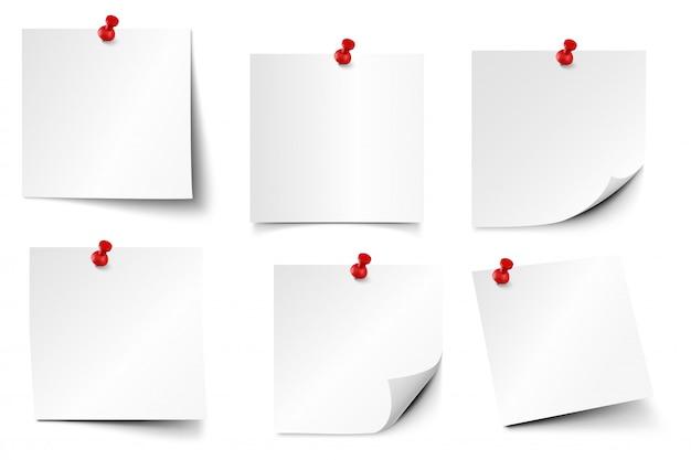 고정 된 종이 노트. 스티커 종이, 핀 및 메모 보드 스티커 현실적인 세트에 참고. 빨간색 압정이 첨부 된 편지지. 메모장 종이 조각 서식 파일 고정 프리미엄 벡터