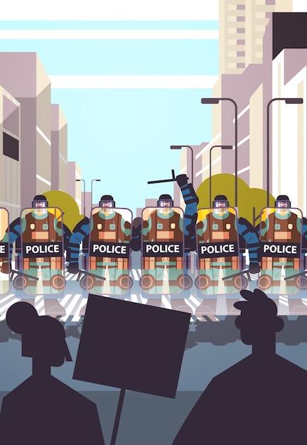 完全な戦術ギアの警官暴動デモ抗議暴動大衆概念都市景観垂直中にプラカードで通りの抗議者を制御する暴動警察官 Premiumベクター