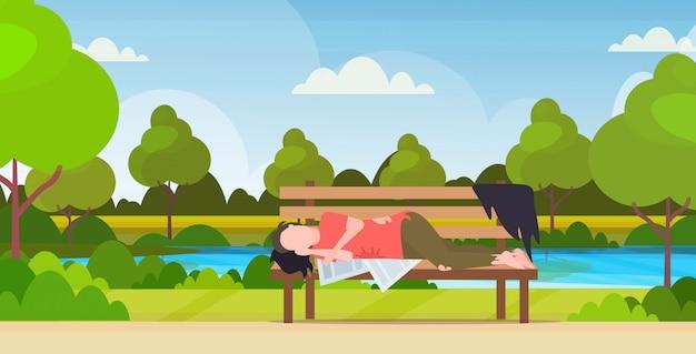 木製のベンチに横になっている屋外の酔っぱらい乞食寝ている貧しい男ホームレス失業コンセプト都市公園風景背景水平全長 Premiumベクター