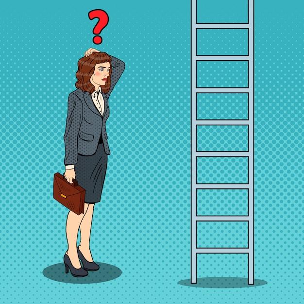 はしごを見上げてポップアート疑わしいビジネス女性。 Premiumベクター