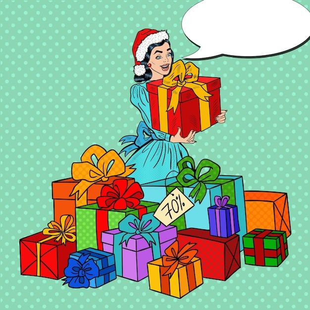Поп-арт счастливая женщина в новогодней распродаже с большими подарочными коробками. Premium векторы