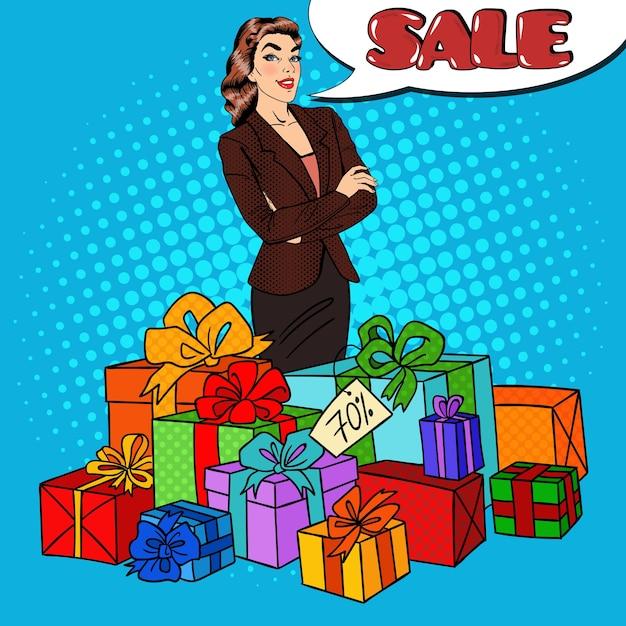 Поп-арт счастливая женщина с огромными подарочными коробками и распродажа комических речей. Premium векторы