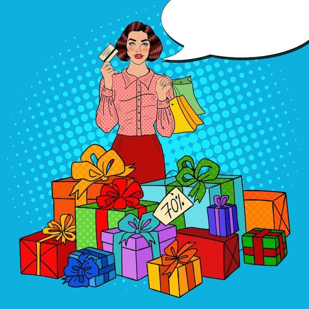 Поп-арт счастливая женщина с хозяйственными сумками, огромными подарочными коробками и распродажей комических речей. Premium векторы