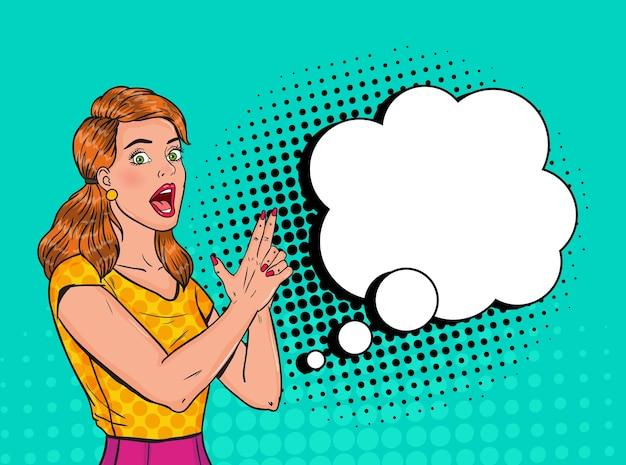 Поп-арт красивая женщина позирует с пистолетом. радостная девушка старинный плакат с комической речи пузырь. пин-ап рекламный плакат баннер. Premium векторы
